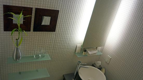 Executive Hotel Cosmopolitan: Bathroom