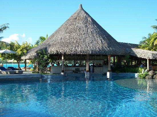 The St. Regis Bora Bora Resort: The swim-up bar at Aparima.
