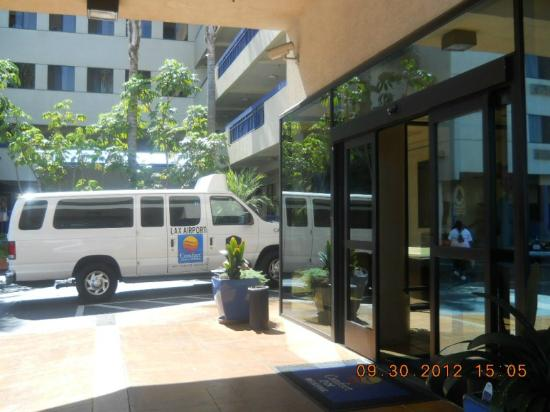 Comfort Inn & Suites LAX Airport: Entrance,