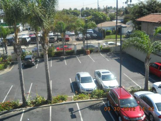 Quality Inn & Suites Los Angeles Airport - LAX: Parking lot taken from outside balcony/walkway