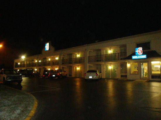 Motel 6 Kingston : Outside view at night