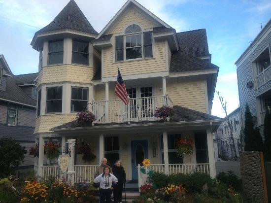 Cottage Inn of Mackinac Island : Fits in great with the feel of the island!
