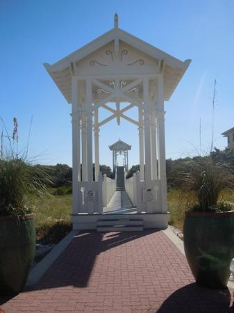 Carillon Beach Resort Inn: Beach Walkover 8