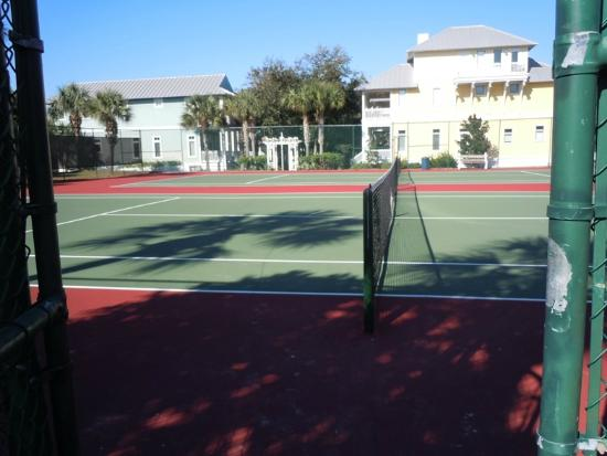 Carillon Beach Resort Inn: Tennis Court