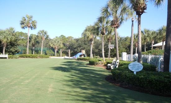 Carillon Beach Resort Inn: West Park/Basketball Court