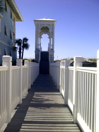 Carillon Beach Resort Inn: Walkover 1