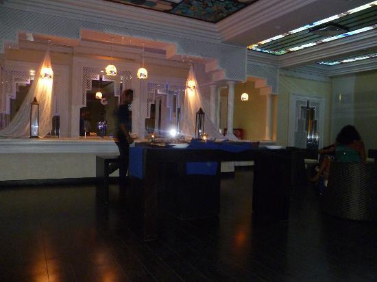 Club Iliade: Bar interno durante aperitivo privato 
