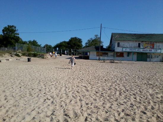 Crystal Beach: At 9.00am the beach is still empty