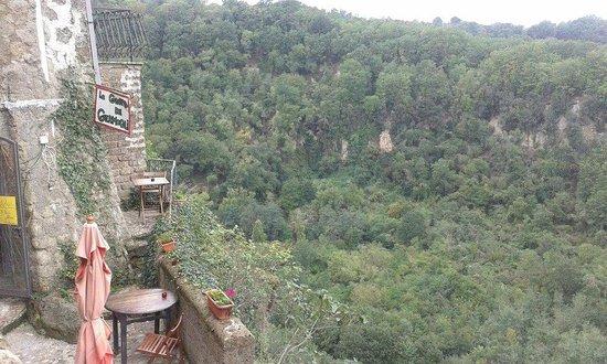 Grotta Dei Germogli: Rupe con tavolino a strapiombo