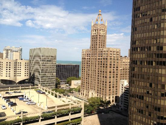 Doubletree by Hilton Chicago Magnificent Mile: Partial lake view from corner roon