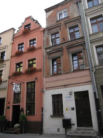 Hotel Petite Fleur: Building 25 & 27 are the same hotel, with seperate entrances, and interior adjoining doorway..