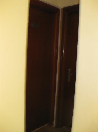 Carina Hotel: Dörren till vänster är 708