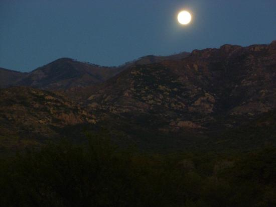 ‪‪Sunglow Ranch - Arizona Guest Ranch and Resort‬: Moon rise over the mountains