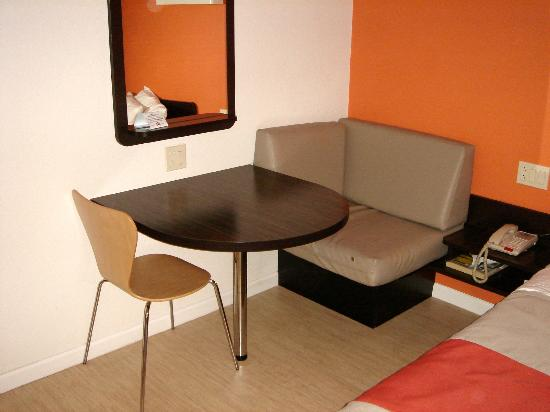 Motel 6 Albany Airport: Table and chair