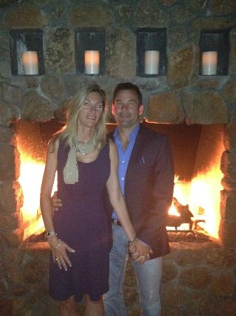 Hotel Yountville: By the lobby fireplace