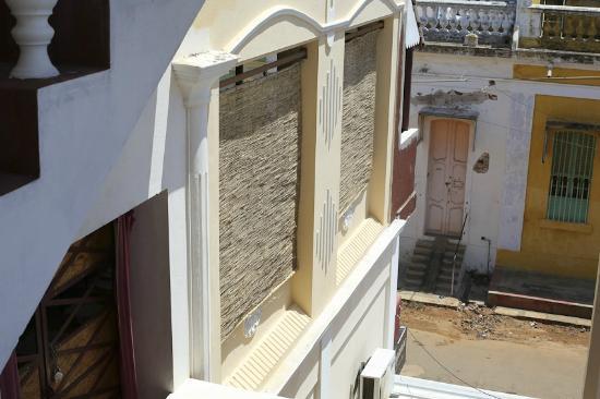 Nila Home Stay: Terrasse 1er étage Derrière Pare Soleil