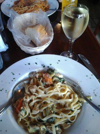 Trattoria Pinocchio: Chicken Fettuccine, white wine and fresh bread. Perfecto!