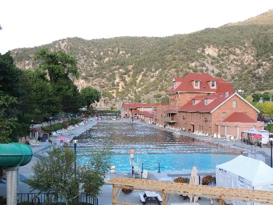 Glenwood Hot Springs Lodge: view of hot springs pools from pedestrian bridge