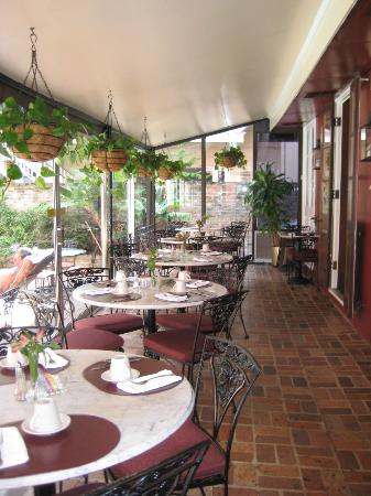 Le Richelieu in the French Quarter: Cafe terrace
