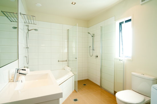 Delorenzos Studio Apartments: One Bedroom Suite Bathroom
