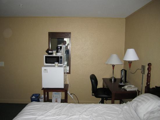 Senator Inn & Spa: Queen room, microwave and fridge
