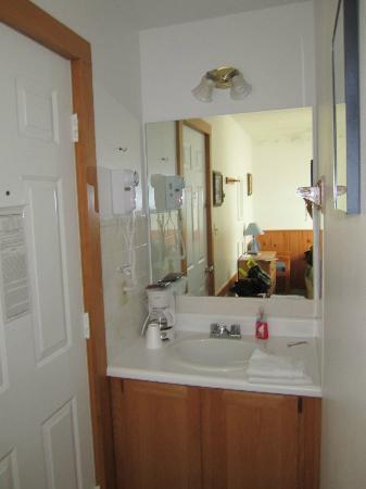 Isleview Motel and Cottages: Washbasin
