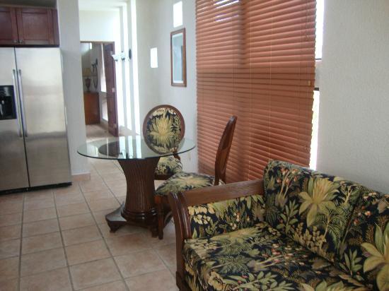 Las Sirenas Hotel & Condos: Comedor y pasillo hasta la recamara de la habitacion