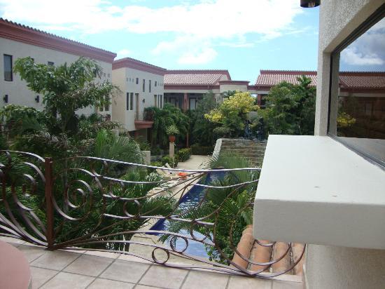 Las Sirenas Hotel & Condos: Se ve la piscina