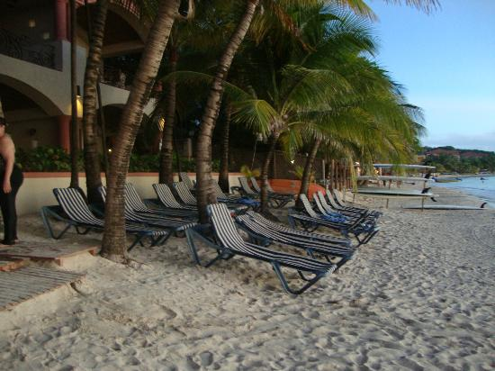 Las Sirenas Hotel & Condos: Frente a la playa ideal para descansar