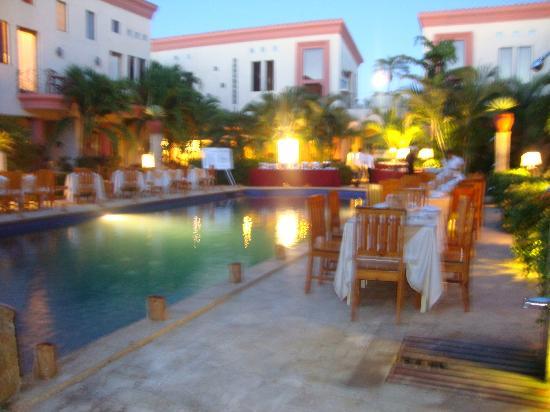 Las Sirenas Hotel & Condos: Zona de la piscina lista para recibir la hora de la cena