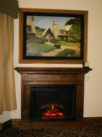 Best Western Premier Mariemont Inn: TV behind picture and fireplace