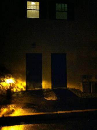 Quality Suites: Dark Entrance to Hotel