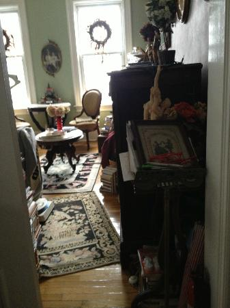 Bunker Hill Bed and Breakfast: Cluttered living room