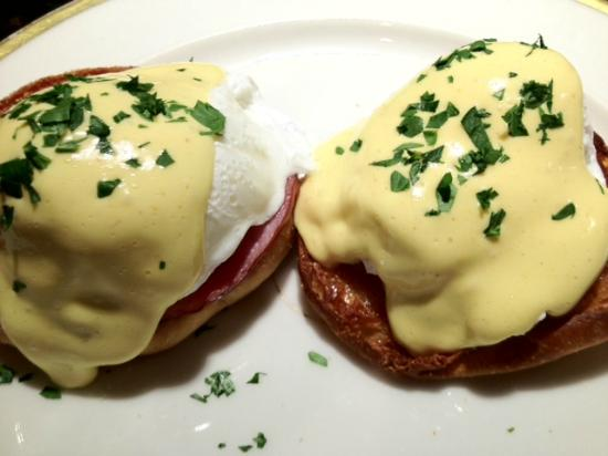Historic Oak Hill Inn: Eggs Benedict