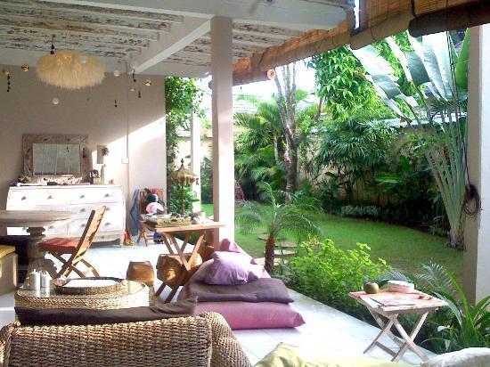 Casa Mia BnB Bali Seminyak: Garden view from the open living room