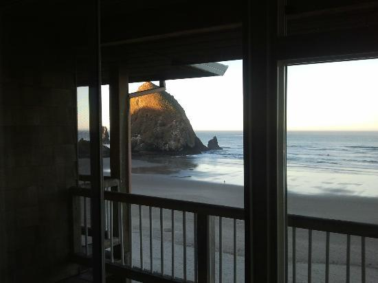 Hallmark Resort & Spa Cannon Beach: Sunrise on Haystack Rock