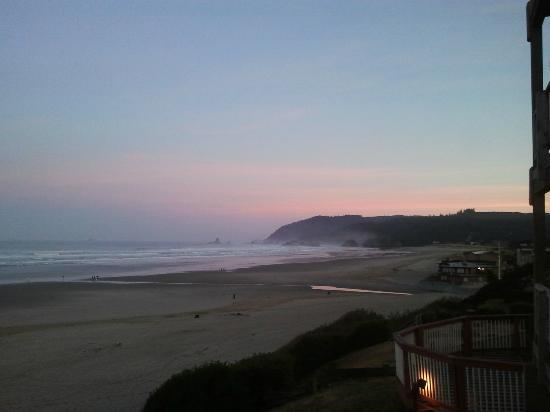 Hallmark Resort Cannon Beach: A beautiful sunrise