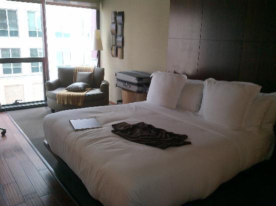 dana hotel and spa: Las comodidades supremas: cama y sofá