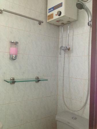 นิวปักกิ่ง เกสท์เฮ้าส์: Small WC & shower but very clean and no need to share like in other GH