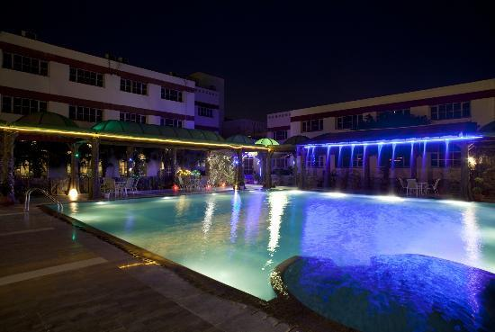 Hotel Yamuna View : Swimming pool at night