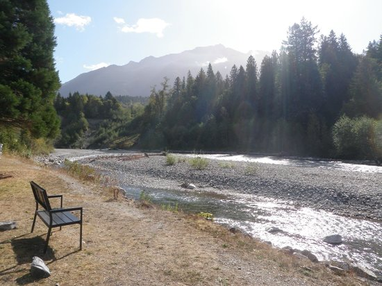 ‪ريفربند جيست هاوس للمبيت والإفطار: Relax at the scenic Chilliwack River, only a 3 minute walk from Riverbend Guest House!‬