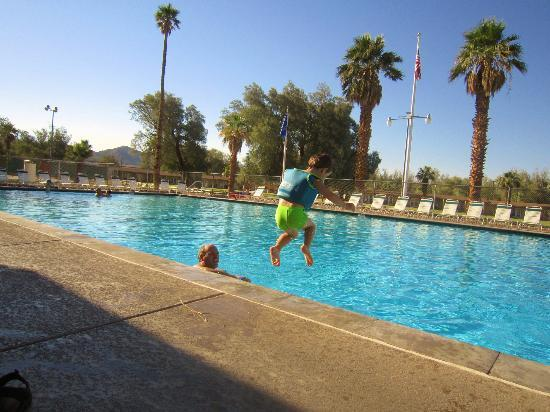 Furnace Creek Inn and Ranch Resort: playing in pool