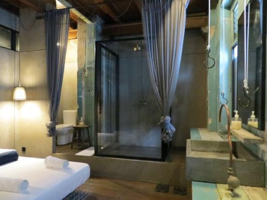 Sekeping Kong Heng: Simple industrial charm of our room