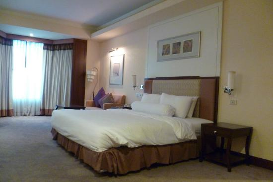 Rama Gardens Hotel Bangkok: bedroom is spacious.