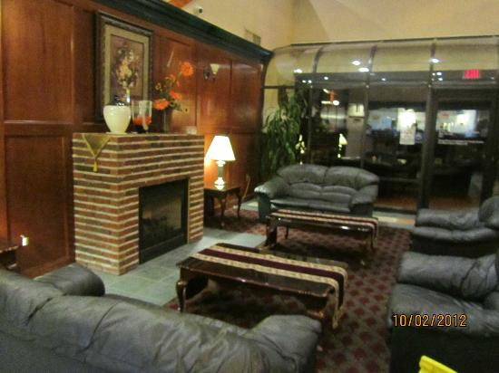 Days Inn & Suites Columbus East Airport : beyond the glass wall is Abner's restaurant