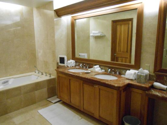 Turnberry Isle Miami, Autograph Collection: Bathroom, double vanity & television