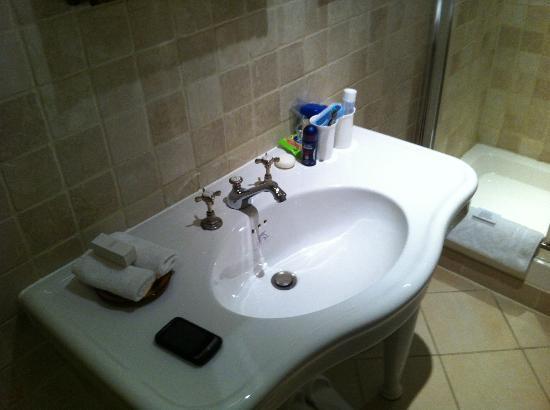 ذا جور هوتل: Detalle del lavabo, arriba con un espejo muy pequeño.