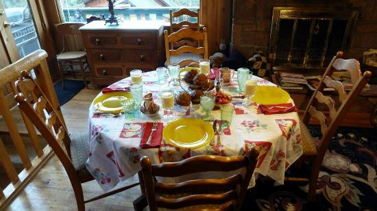 Barbara's B&B: breakfast table