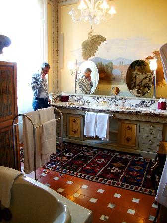 Villa Olmi Firenze: Part of our suite bathroom