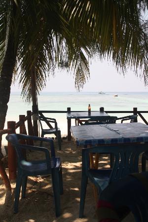 Fauna Beach Chalet: tavoli sulla spiaggia
